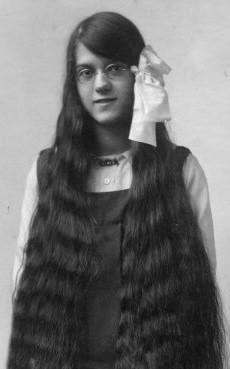 Long hair of an Edwardian girl