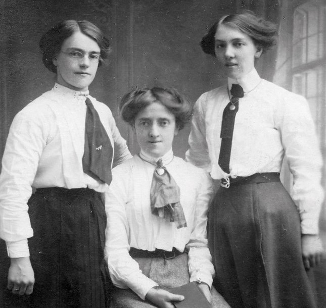 Side swirl hairstyle on young Edwardian ladies.